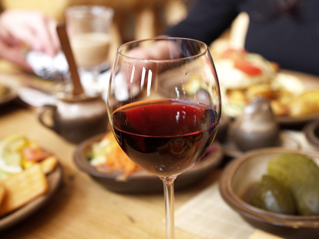 50-plussers steeds vaker aan de wijn